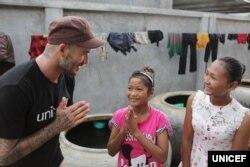 លោក David Beckam ឯកអគ្គរដ្ឋទូតសុឆន្ទៈរបស់អង្គការយូនីសេហ្វ និងជាតារាបាល់ទាត់អង់គ្លេសដ៏ល្បីល្បាញ បានធ្វើដំណើរទស្សនកិច្ចមកកាន់ខេត្តសៀមរាប ប្រទេសកម្ពុជា ដើម្បីស្វែងយល់ពីកិច្ចការរបស់អង្គការយូនីសេហ្វ និងអង្គការជាដៃគូផ្សេងទៀត ក្នុងការជួយកុមារនៅកម្ពុជា ដែលរងគ្រោះដោយសារអំពើហិង្សាខាងផ្លូវចិត្ត ផ្លូវភេទ និងរូបរាងកាយ និងក្នុងការជួយកុមារដែលងាយនឹងរងគ្រោះដោយសារគ្រោះថ្នាក់ផ្សេងៗ។ (រូបថត៖ Unicef/2015/Irby)