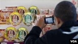 Seorang pria memotret berbagai produk mi instan impor dari Jepang di Kuala Lumpur (foto: dok.)