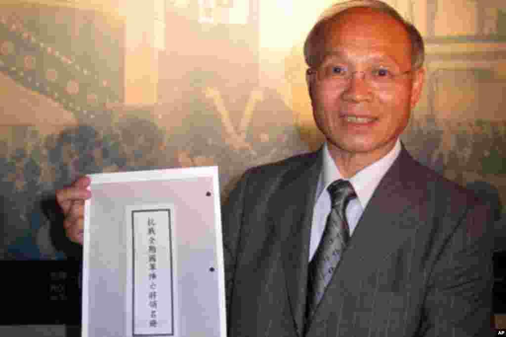 林政则手持阵亡将领名册,强调国军的贡献和牺牲