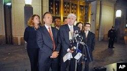 Οι συνήγοροι υπεράσπισης του Αχμέντ Γκαϊλάνι μιλούν στα μέσα ενημέρωσης μετά την απόφαση του δικαστηρίου