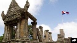 Đền Preah Vihear. Năm 1962, Tòa án Công lý Quốc tế dựa vào các thỏa thuận giữa người Pháp và người Xiêm, tức Thái Lan ngày nay, đã dành cho Kampuchea chính ngôi đền nhưng lại không giải quyết vấn đề sở hữu 460 hecta đất quanh ngôi đền
