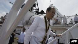 Tổng thống Philippines Benigno Aquino III bước lên chiến hạm BRP Gregorio Del Pilar (PF 15) của hải quân Philippines tại cảng Manila, ngày 23/8/2011