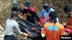Polisi dan relawan mengevakuasi korban tanah longsor di Banjarnegara tahun 2006 (foto: dok). Kawasan Banjarnegara kembali dilanda tanah longsor yang menewaskan sedikitnya 8 orang akibat hujan lebat Jumat malam (12/12).