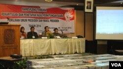 Komisioner KPU Provinsi Jawa Timur memulai proses penghitungan suara Pilpres tingkat Provinsi di Surabaya, Jumat, 18 Juli 2014 (Foto: VOA/Petrus)