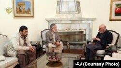 رئیس جمهور غنی در دیدار با شکرالله وحیدی، برادر، و نصرالله وحیدی، پسر سید فضل الله وحیدی