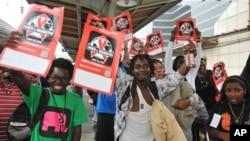 국제에이즈총회가 열리기전 포스터를 들고 행진하는 에이즈 총회 지지자들