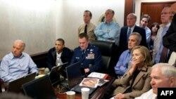 Президент Обама и представители высшего руководства США следят за операцией по ликвидации Усамы бин Ладена. Фото 1 мая 2011 г.