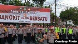 Pangdam IV Diponegoro dan Kapolda Jateng menunjukkan salam komando dengan latar belakang ribuan peserta Apel Kebangsaan di Manahan Solo, Selasa petang (21/5).