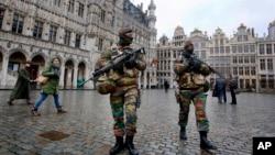 Polisi anti teror Belgia melakukan patroli di kawasan Grand Place di Brussels (foto: dok).