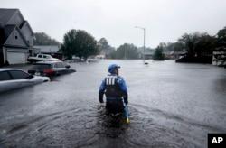 Pripadnik tima za spasavanje i potragu Severne Karoline probija se kroz poplavljene delove grada tragajući za onima koji su ostali tu, dok Florens nastavlja da sipa velike količine kiše u Fajetvilu, Severna Karolina, 16. septembra 2018.