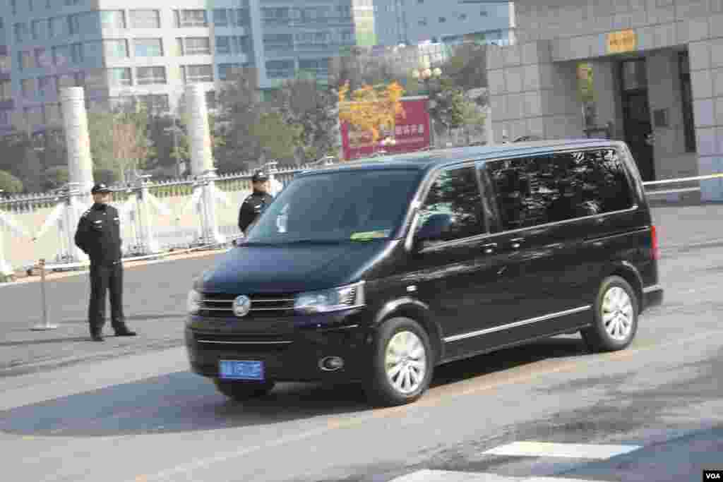 押解薄熙来的车队进入法院,据信薄熙来在这辆汽车里。