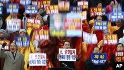Lãnh đạo tôn giáo Hàn Quốc hô khẩu hiệu lên án vụ phóng tên lửa của Bắc Triều Tiên.