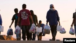 Los opositores al proyecto dicen que la propuesta invitaría a la llegada de más gente indocumentada.
