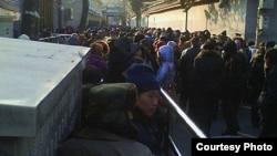 大批访民12月24日冒严寒在国家信访局上访(六四天网站图片)