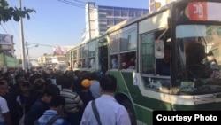 ရန္ကုန္ၿမိဳ႕ ဘတ္စ္ကားမွတ္တိုင္တခုမွာ YBS ယာဥ္လိုင္းအသစ္ေတြကို စီးဖို႔ ခရီးသည္မ်ား စုၿပံဳ ေစာင့္ေနၾကစဥ္ (ဓါတ္ပံု- Thiha Thwe Facebook)