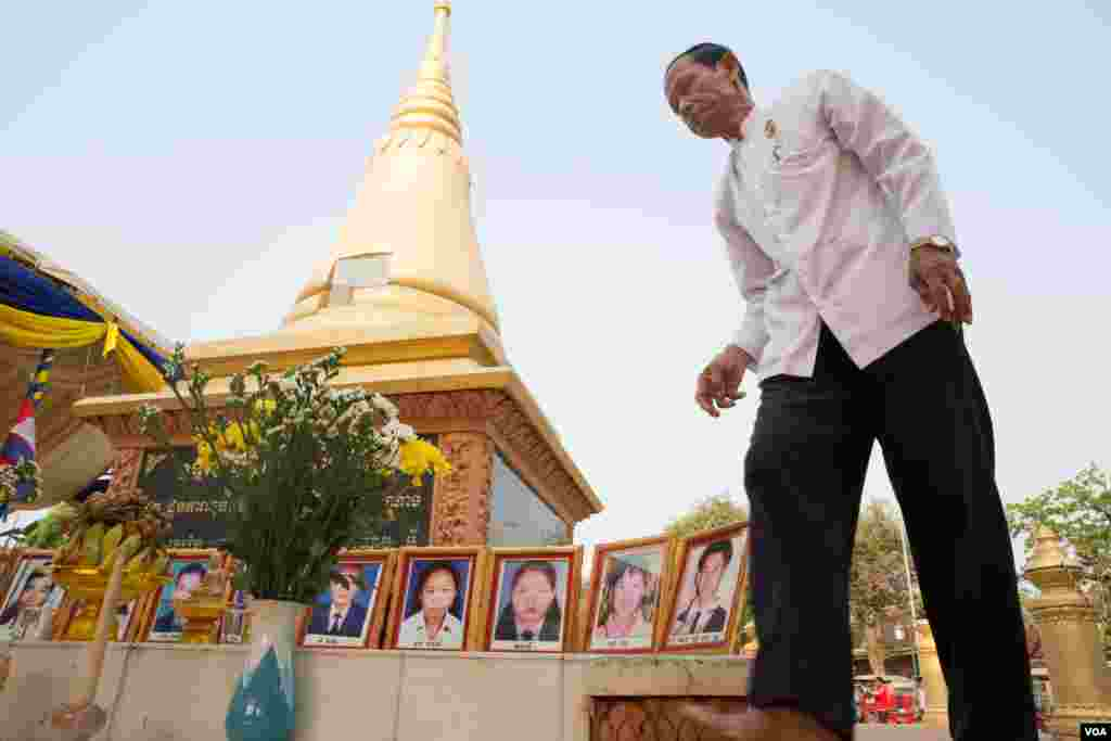 A man mourns for those killed in the 1997 grenade attack at a stupa in Wat Botum park in Phnom Penh, Cambodia, Wednesday, 30 March 2016. (Leng Len/VOA Khmer)