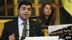 Kurd siyosatchilari boykotni bas qilib, parlamentga qaytdi
