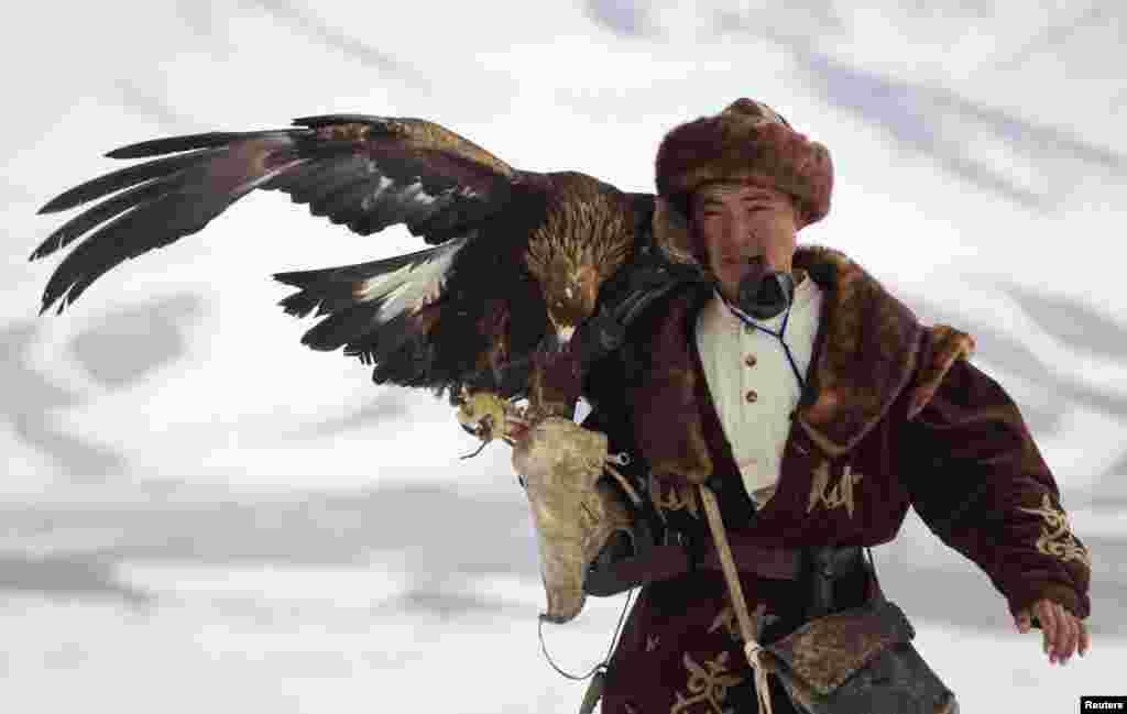 2013年2月22日在哈薩克斯坦阿拉木圖以東150公里遠的CHENGELSY 峽谷舉行的每年一屆的全國性狩獵大賽,一名哈薩克獵人帶著他馴服的金鷹狩獵。