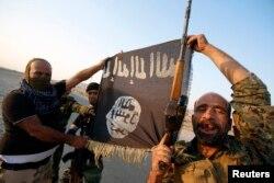 Chiến binh Nhà nước Hồi giáo và cờ đen của nhóm này.