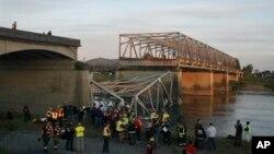 23일 붕괴된 미국 북서부 워싱턴 주의 고속도로 다리.