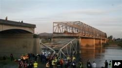 Deo mosta preko reke Skagit, u državi Vašington, srušio se juče zajedno sa nekoliko vozila