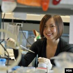Selina Li, 17 tahun, meneliti pengobatan yang lebih efektif bagi kanker hati. Ia mendapat juara kelima Intel Science Talent Search tahun ini.