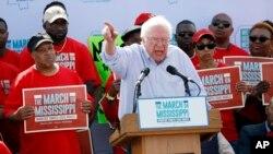 Bernie Sanders parle devant des milliers de personnes à un rassemblement à Nissan, Missouri, le 4 mars 2017.