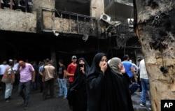巴格达袭击事件失踪者的家人等待亲人的消息(2016年7月3日)