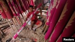 Seorang anak laki-laki bekerja mengecat dupa di sebuah pabrik di Tangerang, Banten. (Reuters/Supri)