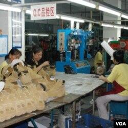 Produk-produk Tiongkok membanjiri pasar dunia karena tenaga kerja yang murah dan berlimpah.
