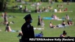 Centralni park u Nujorku - rekreacija građana dok su restriktivne mere i dalje na snazi (Foto: REUTERS/Andrew Kelly)