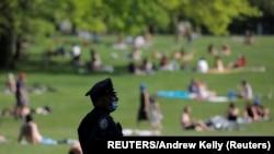 نیویارک میں پابندیاں نرم ہونے کے بعد لوگوں کی ایک بڑی تعداد نے پارکوں کا رخ کیا، جب کہ حکام احتیاط برتنے کا مشورہ دے رہے ہیں