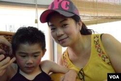 小色芯郭晞哲與媽媽郭太太。(美國之音湯惠芸)