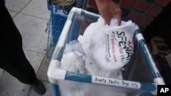 Thùng bỏ bao plastic để tái chế tại một cửa hàng