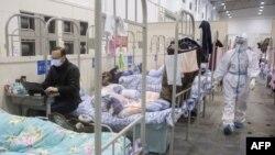 武汉轻症新冠病毒感染者被收住在一所临时改建的方舱医院里。(2020年2月17日)