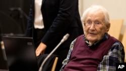 前納粹軍官奧斯卡·格羅寧在德國盧恩堡法院受審。