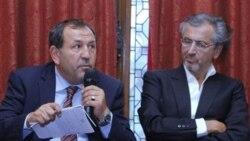 سلیمان فورتیا، یک عضو هیات و نماینده شهر مصراته، و برنارد - آنری له وی، نویسنده فرانسوی و حامی شورشیان در پاریس. ۲۰ ژوئیه ۲۰۱۱