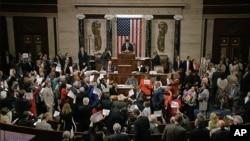 'Yan Democrats yayinda suke zaman dirshan cikin zauren Majalisar Wakilan Amurka