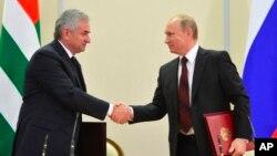 Rossiya Prezidenti Vladimir Putin (o'ngda) va Abxaziya rahbari Raul Xajimba Sochida, 24-noyabr, 2014-yil.