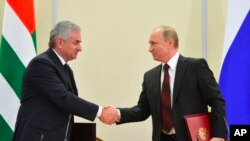 Ruski predsednik Vladimir Putin i lider Abhazije, Raul Hadžimba, potpisuju sporazum u Sočiju, 24. novembra 2014.