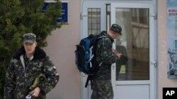 乌克兰空军军官带着背包离开他们在克里米亚新菲罗波尔城外的基地。(2014年3月20日)