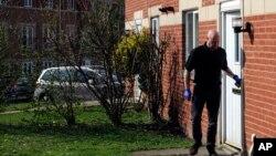 Un policía sale de la casa donde Khalid Masood vivió en la ciudad inglesa de Birmingham.