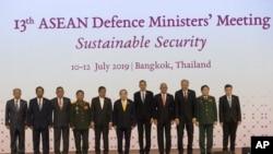 Para menteri pertahanan ASEAN berfoto bersama menjelang Pertemuan Para Menteri Pertahanan ASEAN, di Bangkok, Thailand, 11 Juli 2019.