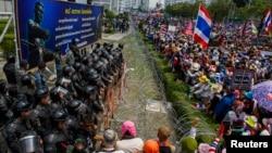 Người biểu tình chống chính phủ tụ tập bên ngoài văn phòng tạm của Thủ tướng Yingluck Shinawatra ở Bangkok, ngày 19/2/2014.