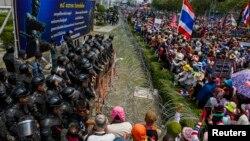 19일 태국 방콕에서 반정부 시위대가 임시 총리 청사로 쓰이는 국방부 본부 건물을 포위한 채 잉락 친나왓 총리의 사임을 요구하고 있다.
