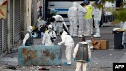 18일 프랑스 조사관들이 파리 북부 외곽 지역에서 테러 관련 증거물을 수색하고 있다.