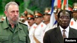 Le président cubain Fidel Castro reçoit le président du Zimbabwe, Robert Mugabe, au palais de la Révolution à La Havane, le 16 juillet 2002.