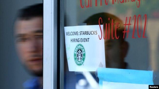 Người tị nạn bước ra từ cuộc phỏng vấn xin việc ở tiệm Starbucks, Hoa Kỳ.
