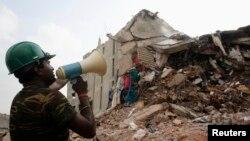 30일 방글라데시 수도 다카 외곽의 '라나 플라자' 현장에서 생존자를 찾아내려는 구조대원.