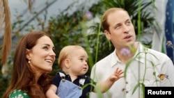 Pangeran William, Kate dan putra pertama mereka, pangeran George, saat mengunjungi pameran kupu-kupu di Natural History Museum di London, 2 Juli 2014 (Foto: dok).